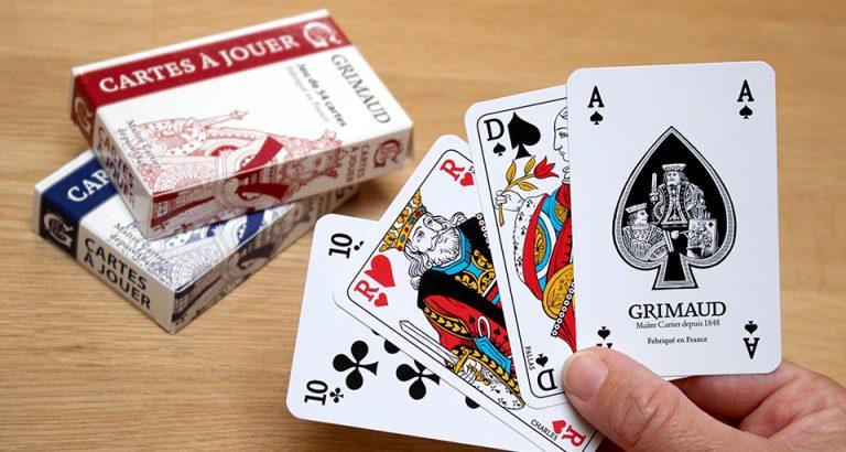 Jeux de cartes traditionnelles Grimaud Origine en main