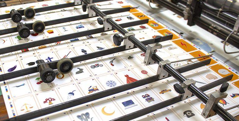 Découpe des cartes du jeu de société Pict It - fabrication de jeux de société